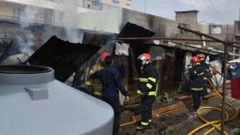 Los bomberos llegaron en pocos minutos evitando que las llamas se propagaran hacia la casa vecina.