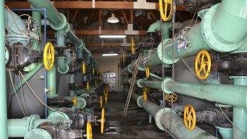 Un corte total de energía en Comodoro, por una avería en las líneas que opera Transpa, afectó ayer el funcionamiento del acueducto.