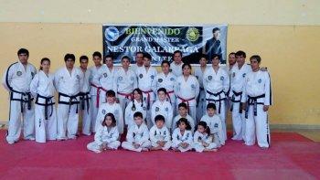 Néstor Galarraga –segundo der- junto a alumnos de la Asociación Taekwon-Do Patagonia.