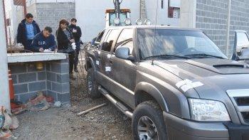 La Brigada estuvo a cargo de realizar la requisa de la camioneta estacionada en el ingreso a la obra de la alcaidía.