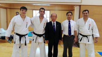 Diego Corrales, Esteban Márquez y Cliber Silva junto al sensei Nakahodo en Okinawa, Japón.