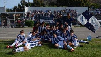 Los chicos de Ferro festejan el título en Novena división.