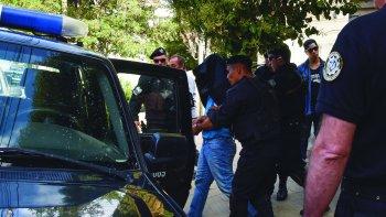 El momento en que Antonio Zúñiga es sacado de la Secretaría de Seguridad esposado y con su rostro cubierto.
