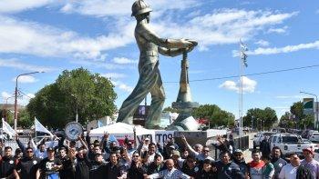 Luego de permanecer en las rutas de accesos a los yacimientos, numerosos trabajadores petroleros se concentraron en la plazoleta del Gorosito.