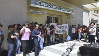 Los empleados de casinos se manifestaron contra un gravamen que consideran que afectará sus fuentes laborales.