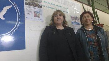 Norma Pombo, directora del grupo vocal Malagma, y Susana González, de la Dirección de Cultura de la UNPSJB, presentaron el concierto por el Día del Petróleo.