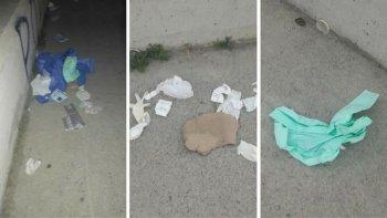vecinos indignados denuncian que hay residuos patologicos en el camino costero