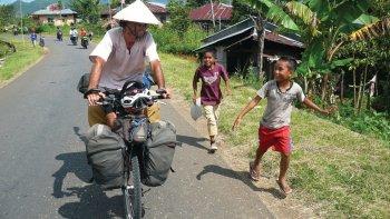 García recorre el mundo en bicicleta.