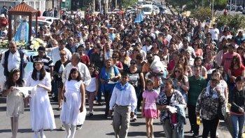 La procesión avanzó inicialmente por la avenida Independencia, constituyéndose en un imponente acto de fe cristiana.