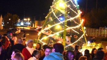 En Cañadón Seco, el tradicional árbol de Navidad fue encendido en los primeros minutos de ayer. También se recreó un pesebre viviente.