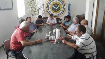 La reunión que empresarios pesqueros mantuvieron con el administrador del puerto de Comodoro Rivadavia, Favio Cambareri.