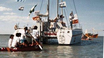 El catamarán Gandul se hace a la mar en la costa comodorense.