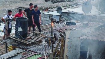 Los bomberos sofocan el siniestro en la casa abandonada del barrio Stella Maris.
