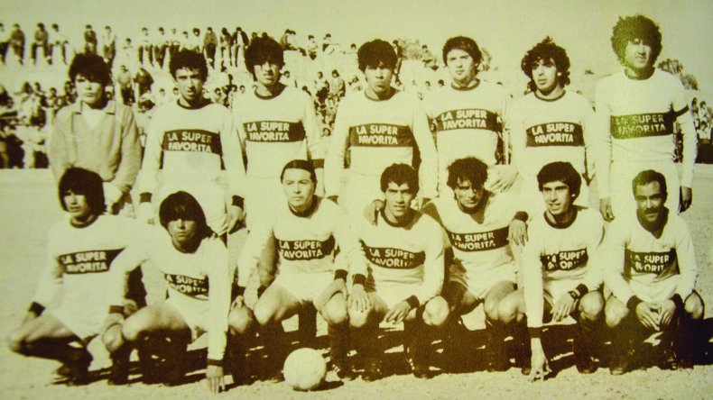 Raúl Alcalá - abajo a la derecha- con el equipo bicampeón de Jorge Newbery en 1986.