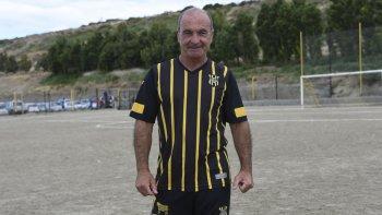 Vigente a los 60 años. Raúl Alcalá con la camiseta de Rada Tilly en Maxi Master.