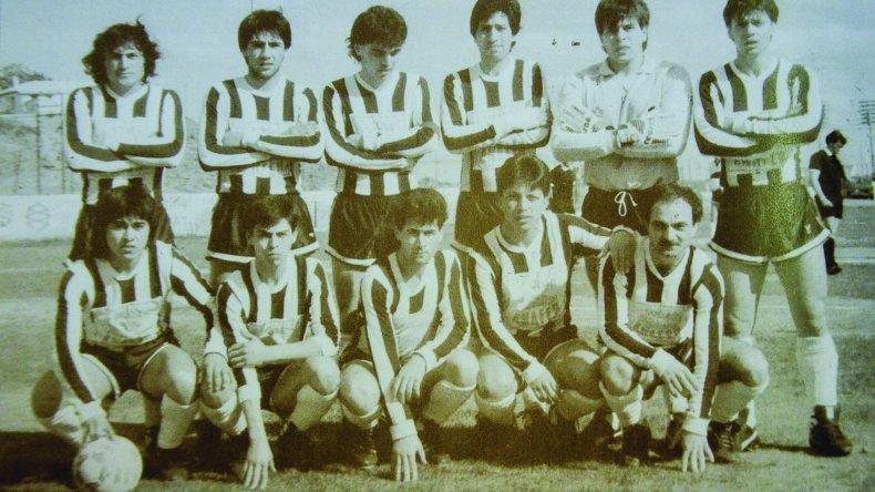 Raúl Alcalá - abajo a la derecha - con el equipo de Ferro que salió campeón en la A en el torneo Oficial 1989.