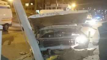 El conductor de una camioneta se estrelló contra una palma