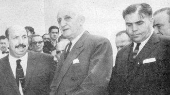 El presidente Arturo Illia durante una de sus visitas junto al entonces gobernador de Chubut, Roque González y al presidente de YPF, Facundo Suárez.