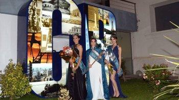 A la izquierda se observa a la reina acompañada por sus princesas. En las demás imágenes se pueden apreciar distintos pasajes de la fiesta realizada la noche del sábado en el Centro Cultural. El intendente fue el encargado de coronar a la nueva soberana.