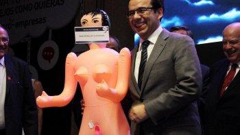 Un ministro posó con una muñeca inflable para estimular la economía