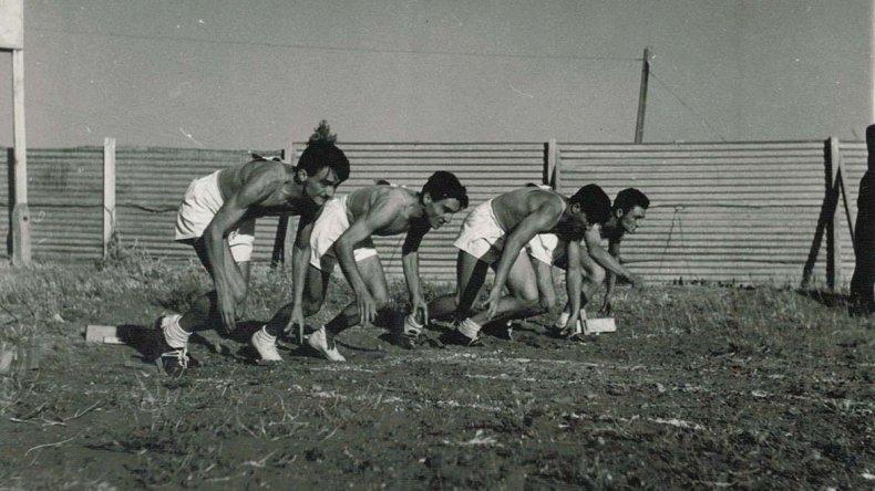 El Griego – segundo izq- en acción en un torneo de atletismo en Las Heras.