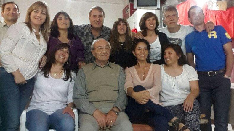 Jorge Milathianakis en uno de los tantos agasajos junto a egresados del INEF 810.