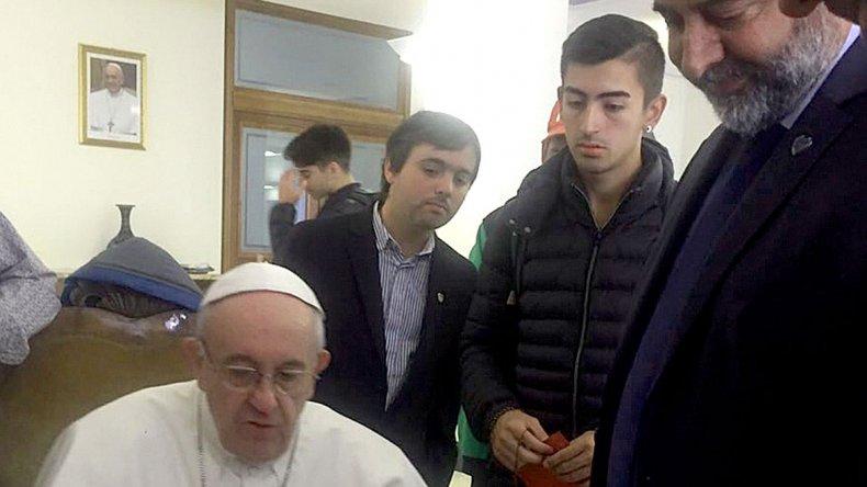 Francisco ayer también recibió y bendijo a los futbolistas del club Atlético Virgen del Carmen