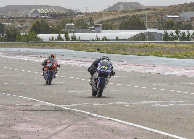 Luis Pes liderando la final de la categoría 205 cc seguido por Omar Narváez ayer en el autódromo General San Martín.