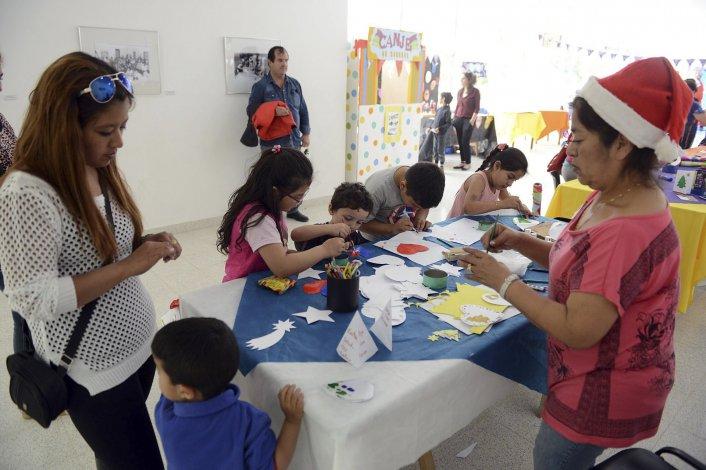 Con una serie de stands y la participación de Papá Noel se desarrolló la kermese navideña en el Centro de Información Pública.