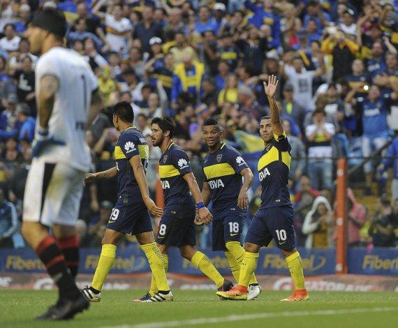 Carlos Tevez saluda a la gente tras marcar el segundo gol de Boca en el triunfo de ayer ante Colón.