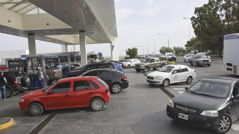 La psicosis se apoderó ayer de los automovilistas que se agolparon en masa en las estaciones de servicio para cargar combustible.