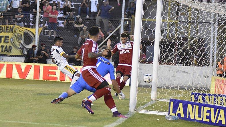 Lucas Alario marca el transitorio empate ayer ante Olimpo.