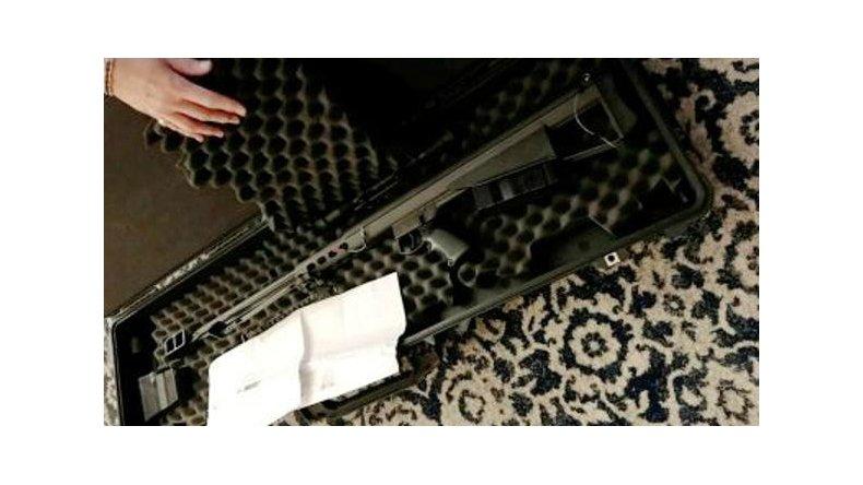 Pidió por correo un juguete de regalo y recibió por error un fusil de francotirador