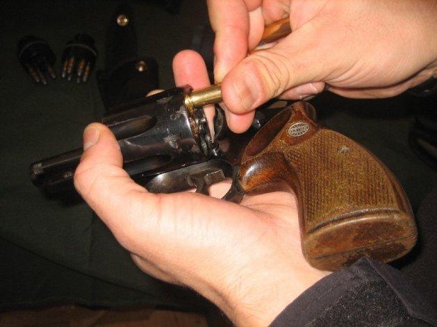 Dos hombres circulaban con un arma cargada y quedaron detenidos