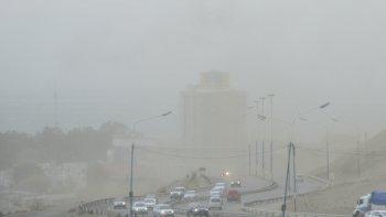 lunes algo nublado con polvo levantado por el viento