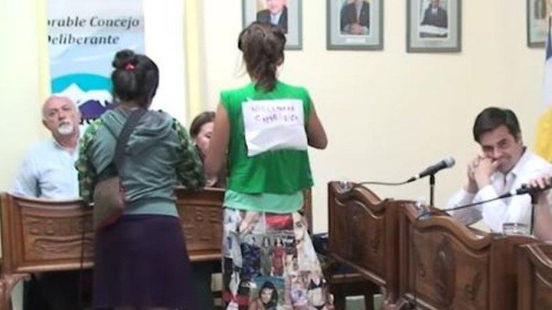 Mujeres irrumpieron en una sesión del Concejo exigiendo que prohíban los certámenes de belleza