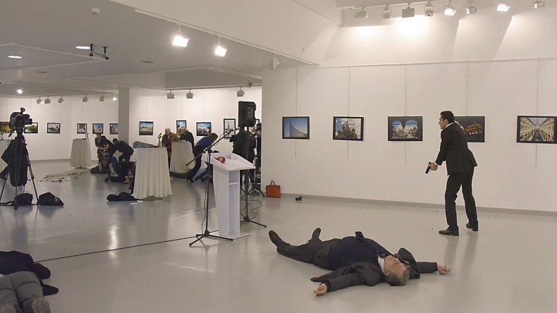 Impactante asesinato del embajador ruso en Turquía.