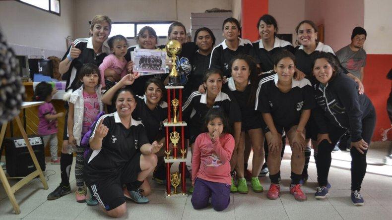Cacha Sed son las campeonas del primer torneo relámpago de fútbol once que organizó General Roca.