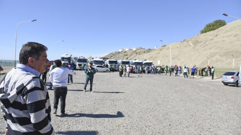 En la playa de tanques de Km 3 se concretó una asamblea informativa y la dirigencia sindical de Camioneros explicó que la continuidad de las medidas está sujeta a una decisión nacional de la Cámara de Transportistas.