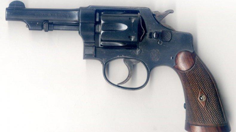 Detienen a dos hombres con un revólver calibre 32