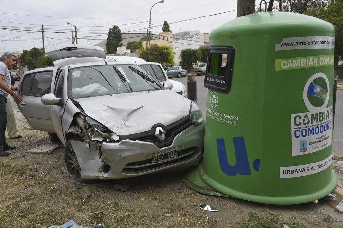 La conductora de un Renault Clio tuvo que ser hospitalizada luego de impactar contra un iglú de basura