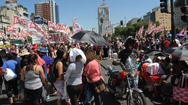 Piqueteros cortan la avenida 9 de Julio