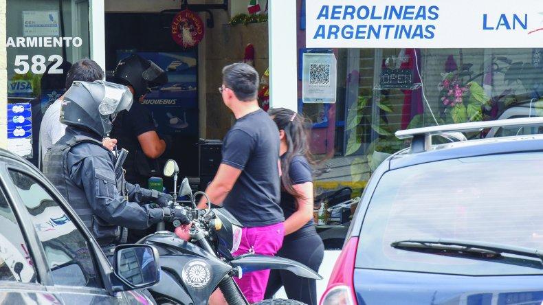 La policía se entrevista con las víctimas del asalto ocurrido ayer en plena tarde en Sarmiento casi Mitre.