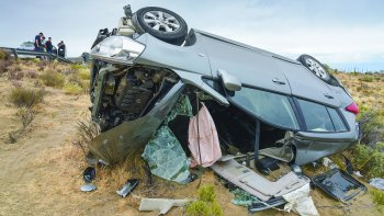 El vehículo quedó destrozado tras el vuelco y sus ocupantes anoche seguían internados en estado delicado.