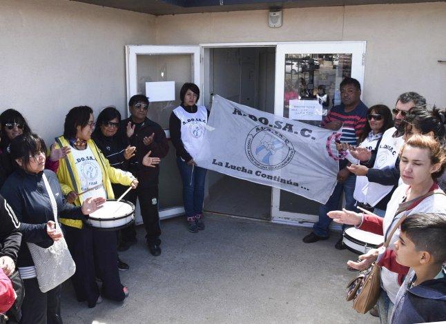 En Caleta Olivia la protesta docente se realizó en el acceso a la Dirección de Escuelas Zona Norte