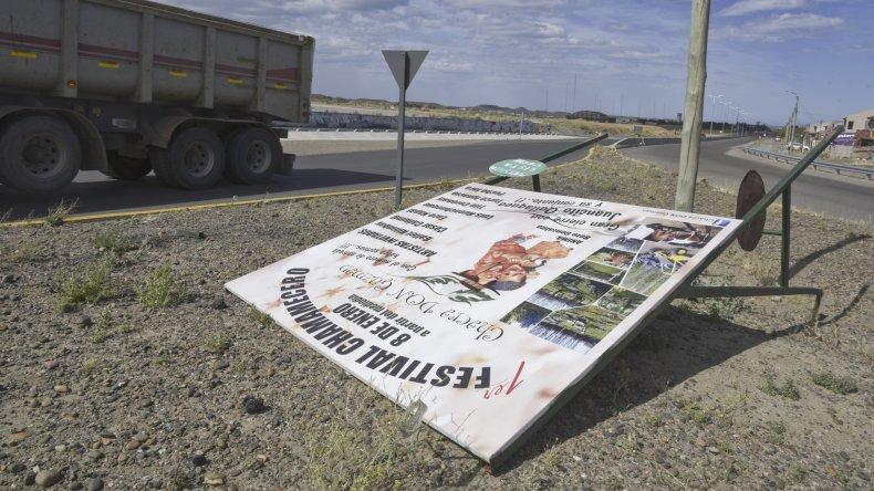Las ráfagas de 115 kilómetros por hora causaron la caída de un cartel publicitario de grandes dimensiones en Próspero Palazzo.