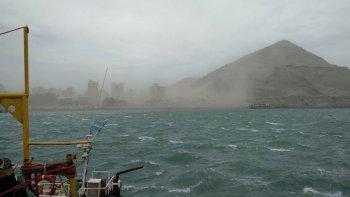 El viento y el mar muestran su fuerza: una postal del puerto