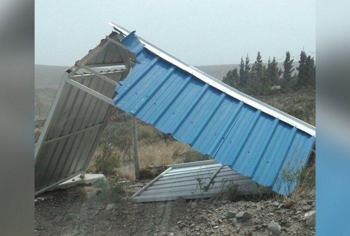 El viento tiró una garita y las chapas ponen en riesgo a los vecinos