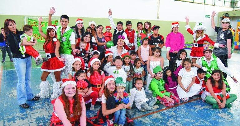 El desfile navideño se realizó en el Gimnasio Gatti y ofreció una tarde de diversión para los más pequeños.