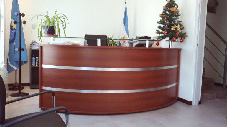 El moderno mueble curvo que se instaló en la recepción.
